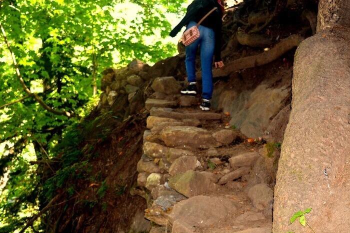 The tricky path up the climb to the Kheer Ganga Trek