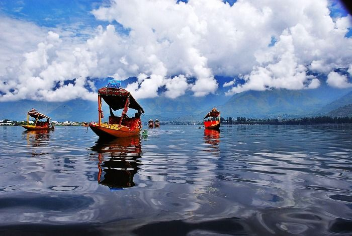 Honeymoon in Kashmir - take a Shikara ride in Dal Lake, Srinagar