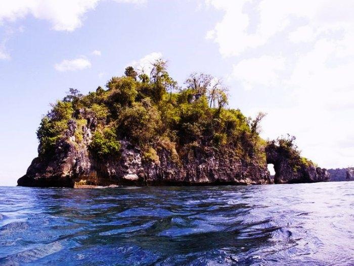 A remote island paradise at Crystal Bay on Penida Island