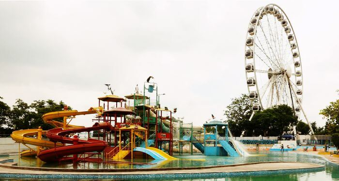 Ferris Wheel aka Delhi Eye in Kalindi Kunj Park is amongst the most entertaining and fun places to visit in Delhi