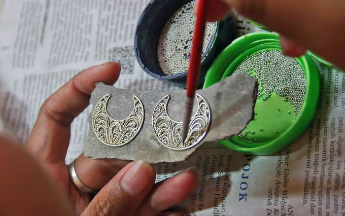 The intricate craftsmanship on silver in Celuk Village – the best shopping place in Bali for girls