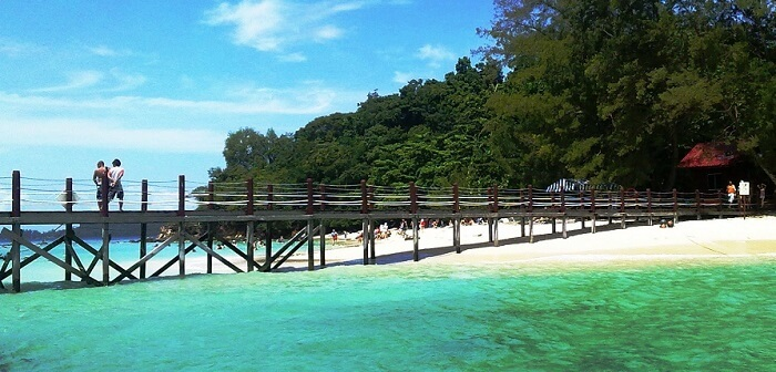 The bridge at the Rawa island offers good vantage points for photography