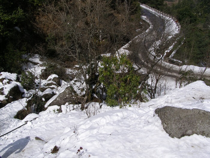 A view of the snow clad road to Daman