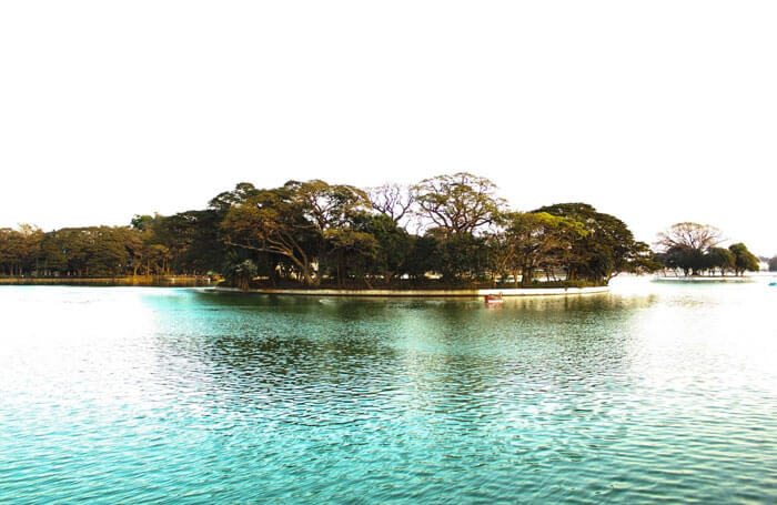 Dazzling turquoise water at Ulsoor Lake in Karnataka