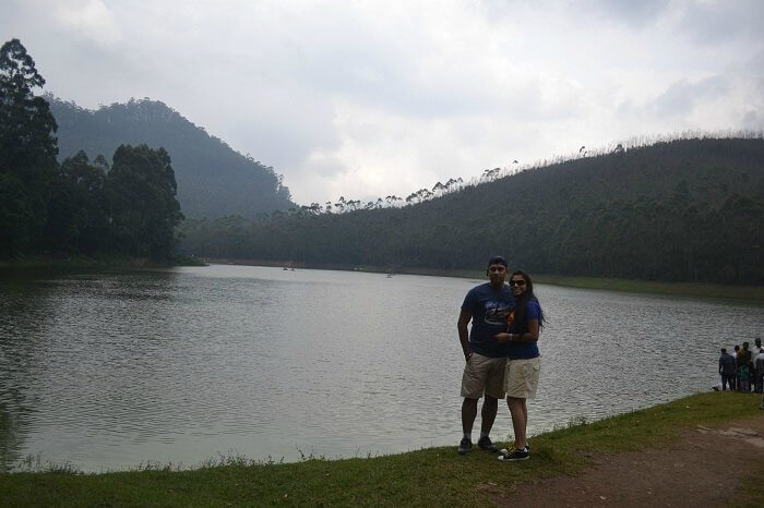 Rajeev and Neha posing for a picture besides a lake in Munnar