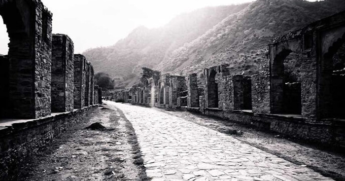 The path leading to the Bhangarh Fort in Rajasthan from the entrance