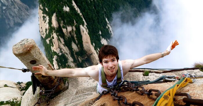 An adventurer on the Mount Huashan hike