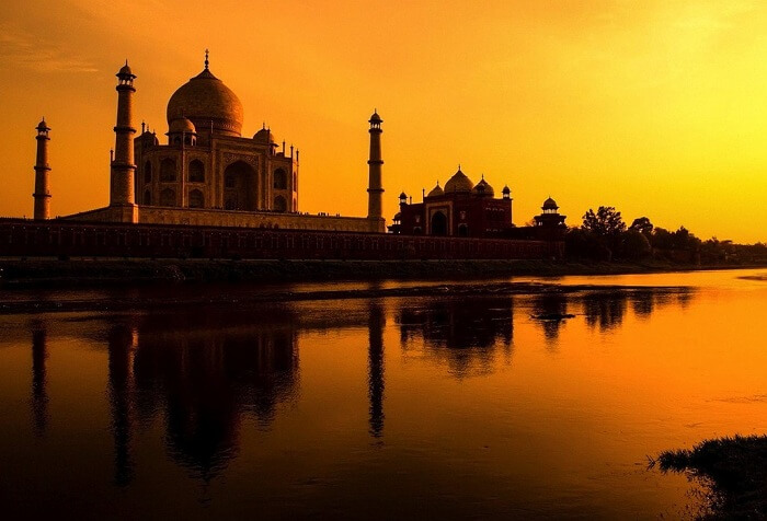 A view of the calm and beautiful sunset at Taj Mahal in Agra
