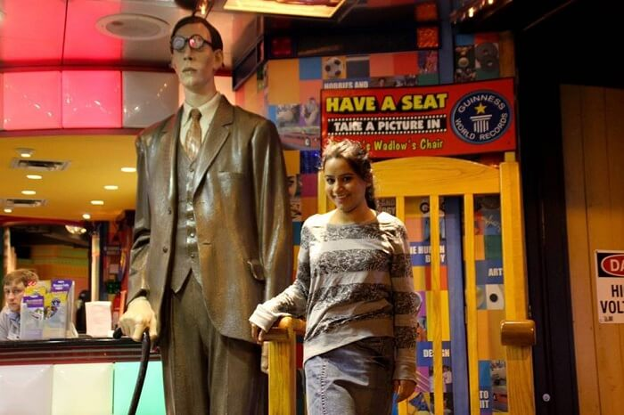 Leena with a statue of a man in a suit