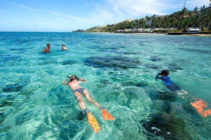 A couple learns snorkeling at the Viti Levu island
