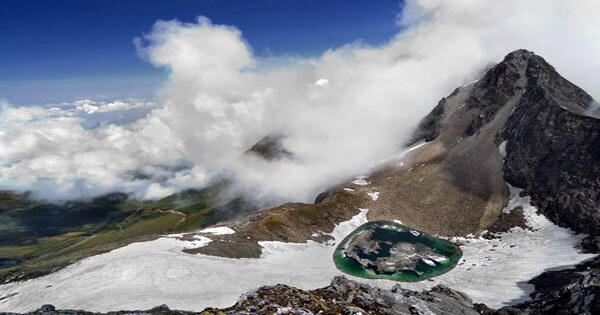 trek to roopkund lake in uttarakhand
