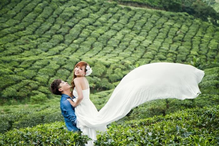 Couple spending quality time in the sprawling plantations of Ooty