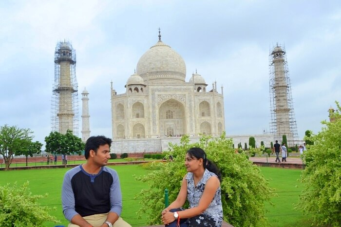 Vineet and his wife at Taj Mahal