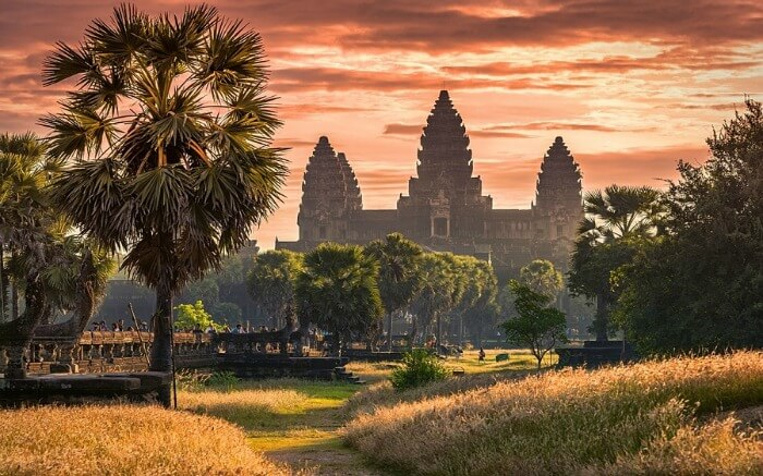 Explore the beautiful ancient town of Siem Reap that provides an entry to the Angkor temples