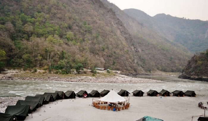 The tents by the river bank in Shivpuri are popular tourist attractions in Rishikesh.