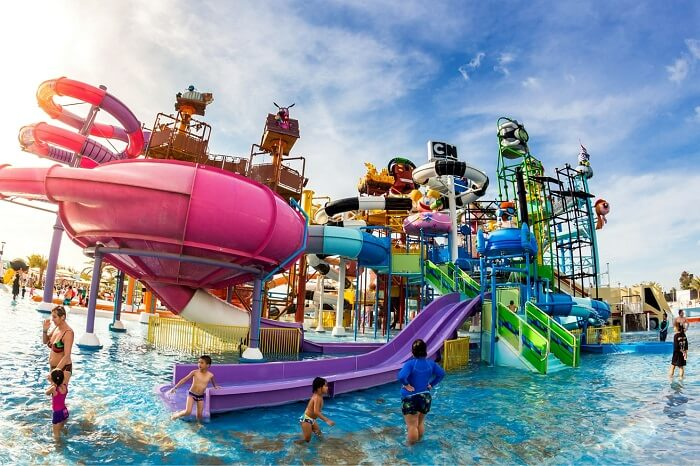 Many travelers have fun in Cartoon Network Amazone Water Park