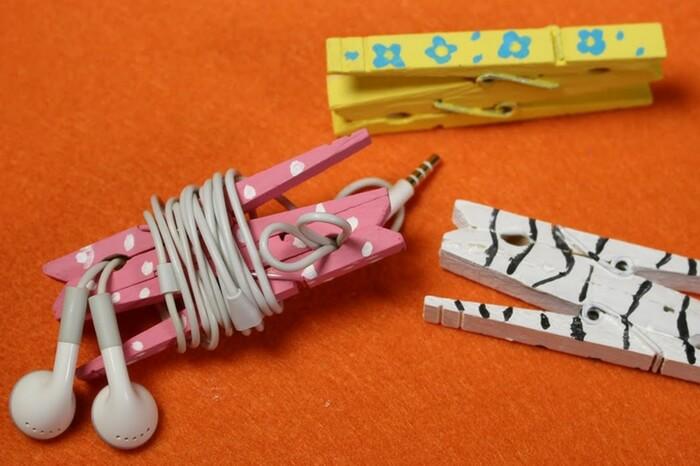 A detangle earphone holder