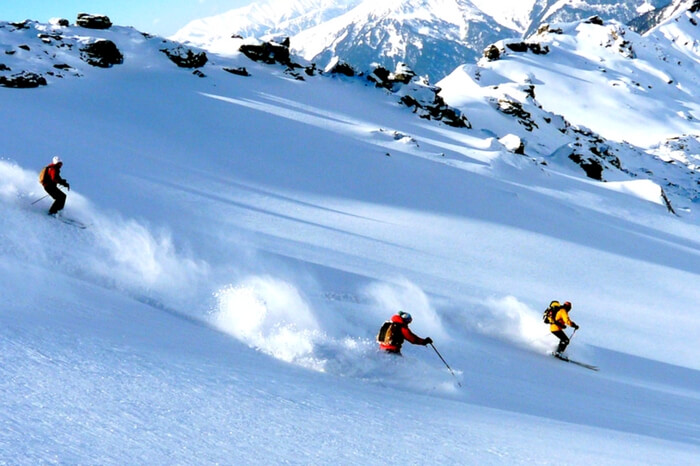 Skiers skiing in Auli