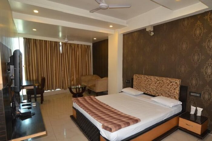 A simple and elegant room in Hotel Plaza Inn in Ajmer