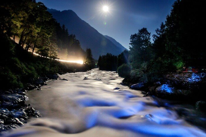 A night shot of the Parvati River at Kasol