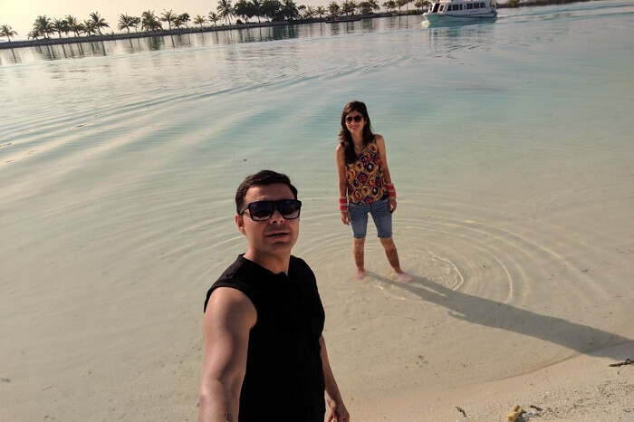 couple clicking selfie near the beach