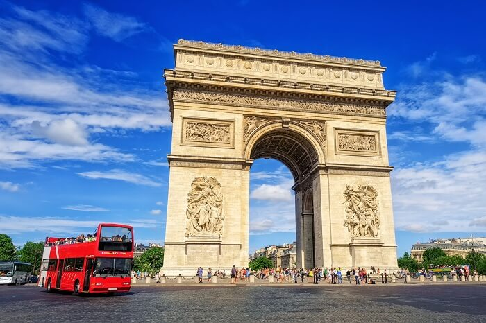 The Arc de Triomphe de l Etoile on a sightseeing tour of Paris