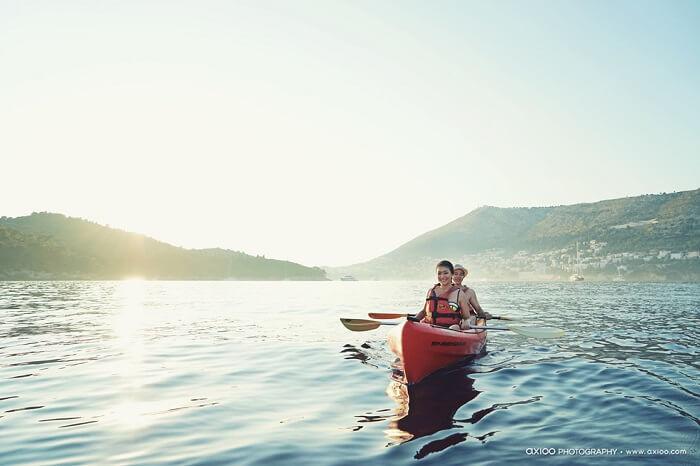 Honeymoon couple kayaking in mexico