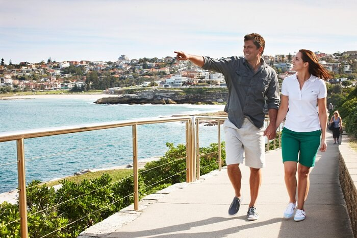 Couple on romantic walk from Bondi to Coogee