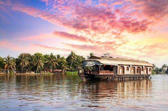 backwater cruising in houseboat in Kerala