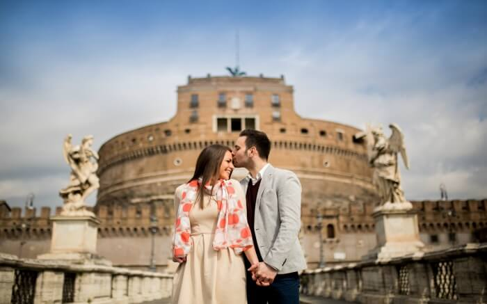 A couple in front of Castel Sant'angelo