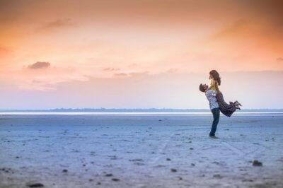 couple romantic pose on Chennai beach