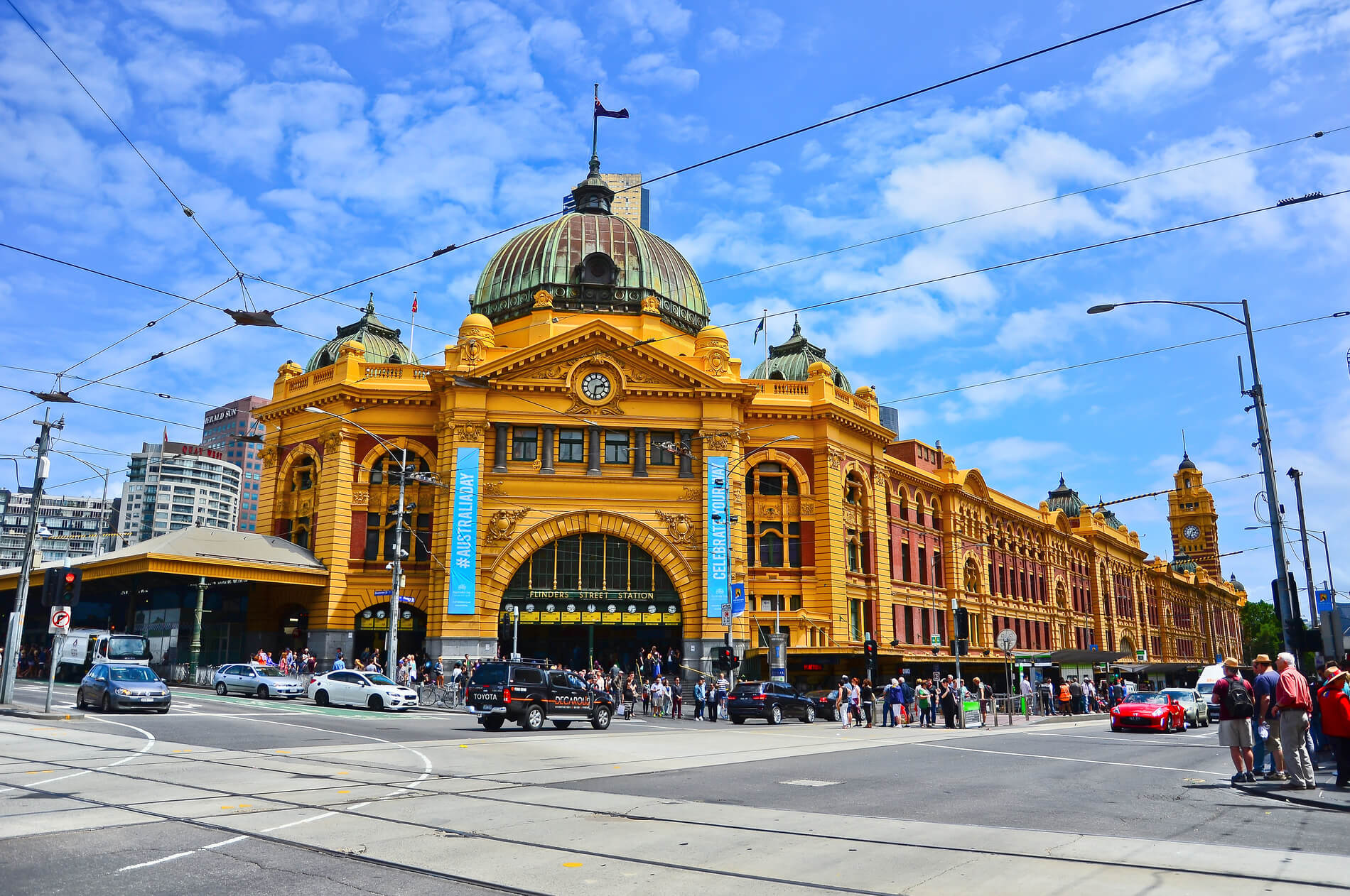 Cars and passengers in front of Flinders Street Station