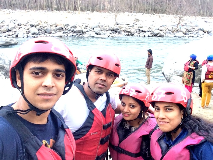 Travelers doing river rafting in Kullu