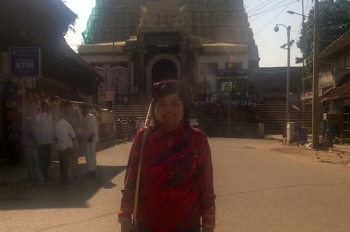 worshipping outside vishnu temple
