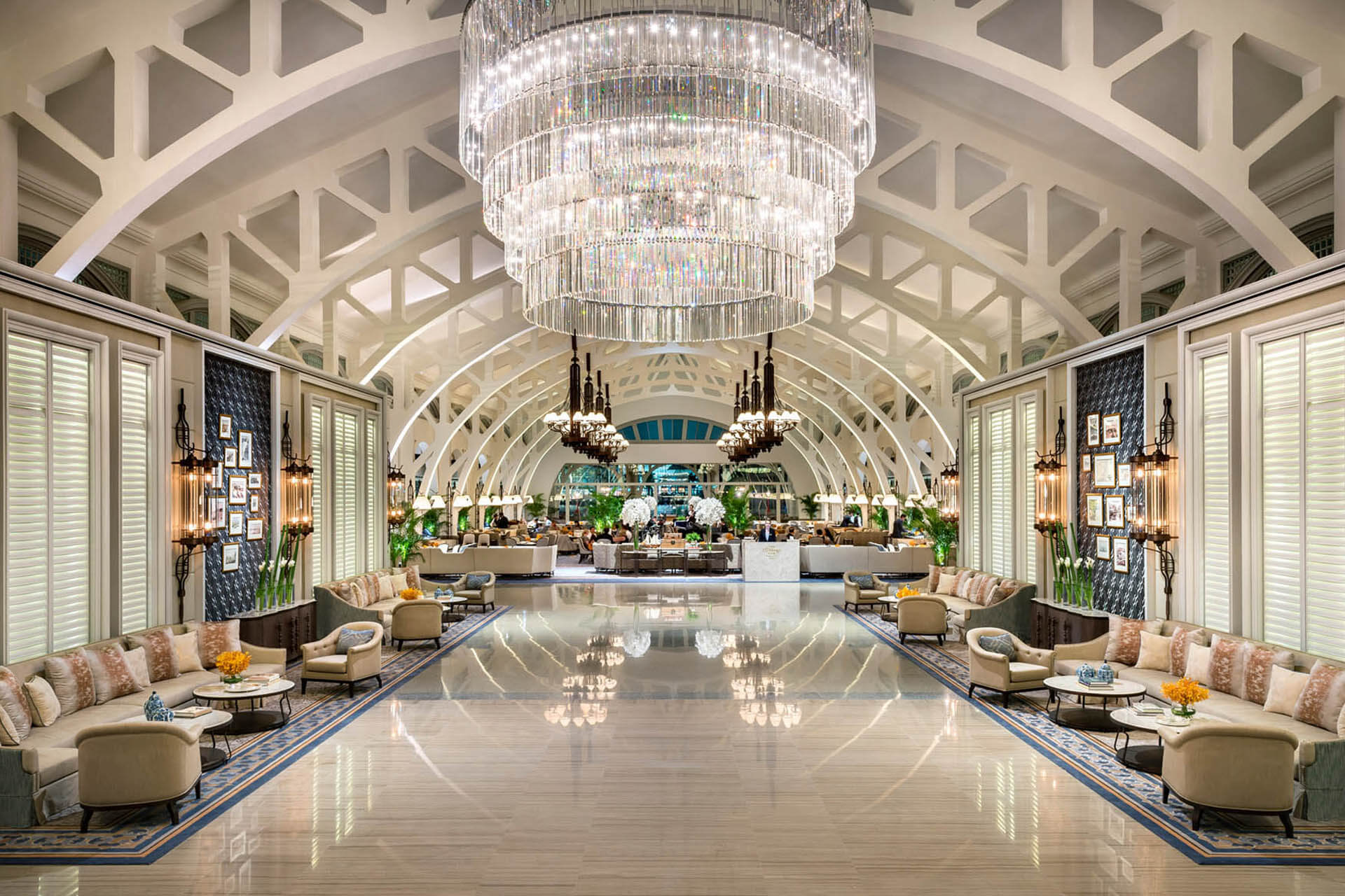 A huge chandelier in the lobby of Fullertone bay hotel