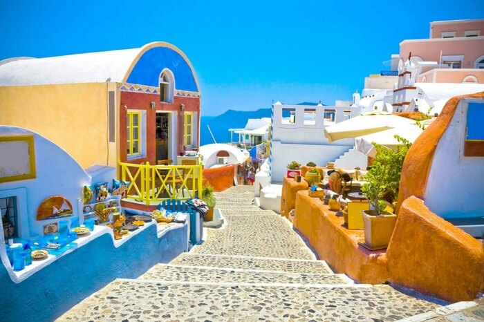 A colorful alley in Santorini in Greece