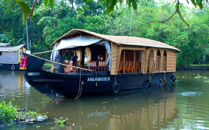 A Backwater Retreat Houseboat approaching shore in Kumarakomss