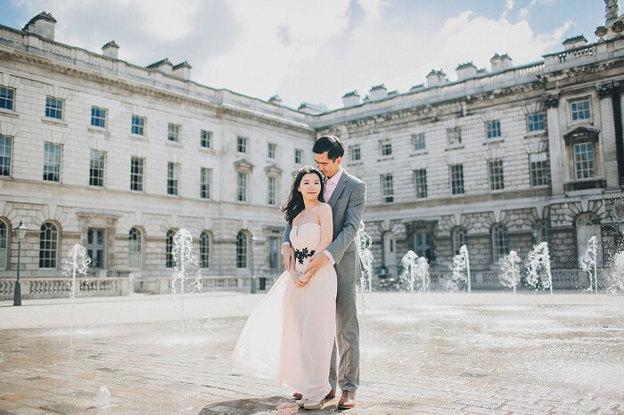 A couple poses at the Somerset House in London