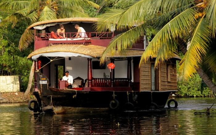 Couple on a Alleppey honeymoon houseboat in Kerala