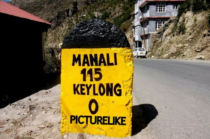 Milestone showing the remaining distance to Manali