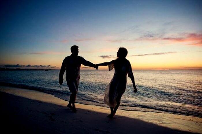 couple at juhu beach mumbai
