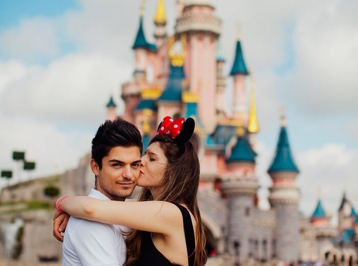 couple in disneyland paris