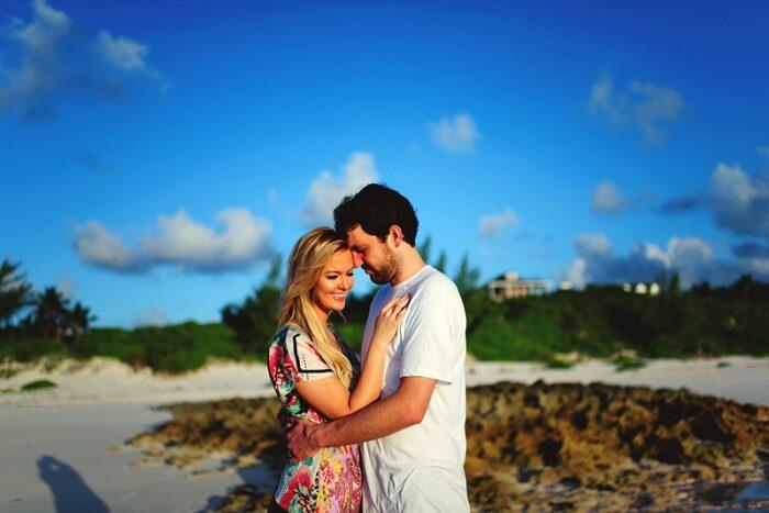 romantic couple in Bahamas