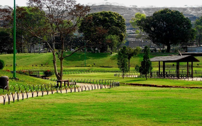 Pu La Deshpande Garden - one of the most famous pre wedding photoshoot locations in Pune