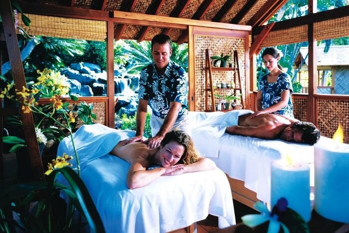 A couple spa therapy at one of the wellness resorts in Hawaii
