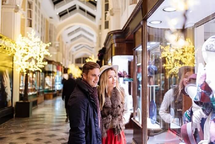 couple shopping in london