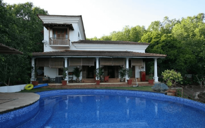 Capella homestay overlooking a swimming pool in Goa