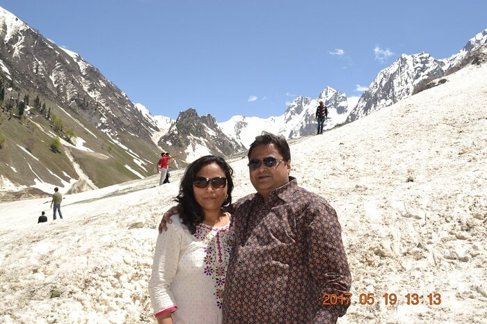 rakesh and his wife enjoy their time in sonmarg