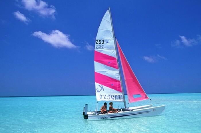 Catamaran sailing Paradise island