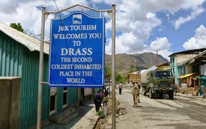 A board by the road in Dras welcoming tourists visiting Dras